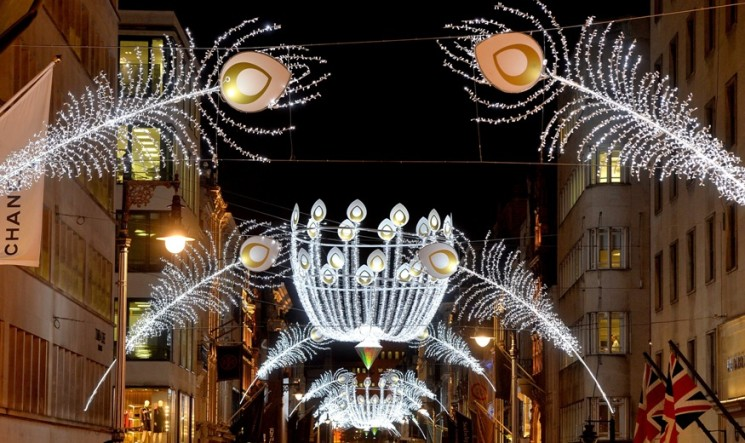 ELEGANT HERITAGE-INSPIRED CHRISTMAS LIGHTS ILLUMINATE GOOD OLD BOND STREET