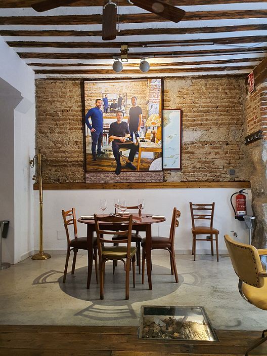 "PAINTER MANUEL DE LA MATA PAYS TRIBUTE TO ONE OF THE BEST AND ""SMALLEST"" RESTAURANTS IN MADRID"